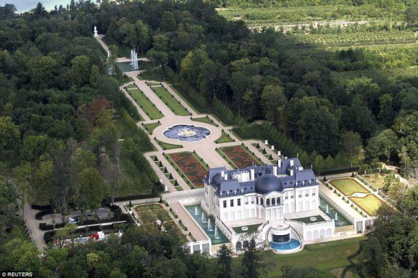 La propriété est entourée de jardins paysagers qui comportent une statue de la statue de l