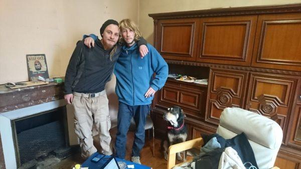 Plume (à droite) et Bobby (à gauche), deux amis de la rue qui veulent accueillir d