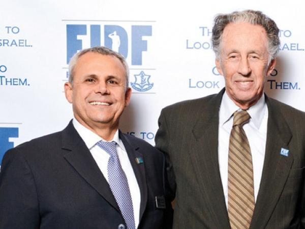 Larry Hochberg, à droite de l'image, lors d'un dîner annuel du FIDF