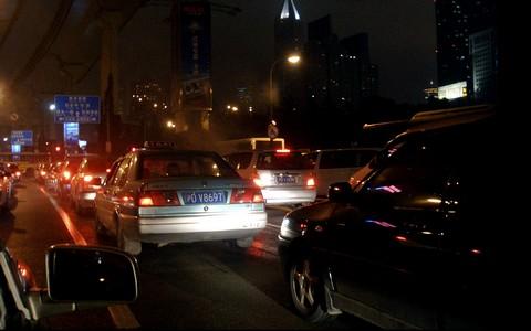 Électrique ou à pétrole, l'inefficacité de la voiture en ville ne résiste pas à l'analyse et son coût est faramineux. Ci-dessus trafic à Shanghai. Photo CC JaKob Montrasio.