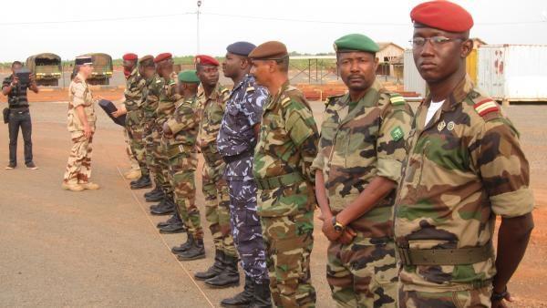 Cérémonie de rétrocession aux autorités maliennes le 27 octobre du camp Damien Boiteux présidée par le Généra de division Jean-Pierre Palasset, commandant l'opération Barkhane (EMA/armée de Terre)