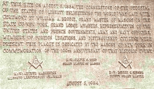 plaque de bronze gravée à la base de la statue de la liberté