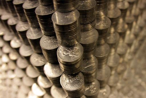 Détail de la pyramide constituée d'un million de pièces argentées d'un centas (1/100 litas) élevée à Vilnius le 29 novembre 2014, avant le passage du pays à l'euro au 1er janvier 2015 © Petras Malukas AFP