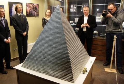 pyramide constituée d'un million de pièces argentées d'un centas (1/100 litas) élevée à Vilnius le 29 novembre 2014, avant le passage du pays à l'euro au 1er janvier 2015 © Petras Malukas AFP