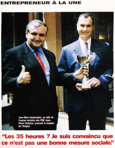 Jean-Marc Governatori se voit remettre le Trophée de l'Emploi par Jean Pierre Raffarin en 1997.