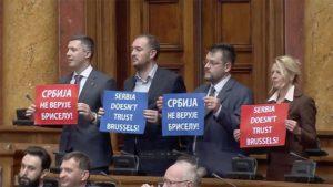 La chef de la diplomatie européenne accueillie par des slogans anti-EU et Kosovo et pro-Moscou au parlement serbe