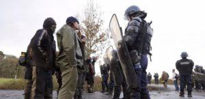 Opposants et forces de l'ordre à Notre-Dame-des-Landes, le 15 décembre 2012. (J-S. EVRARD/AFP)