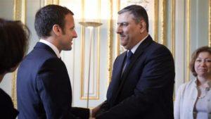"""Emmanuel Macron salue la délégation du Haut Comité des négociations qui réunit """"l'opposition"""" syrienne. ©Twitter"""