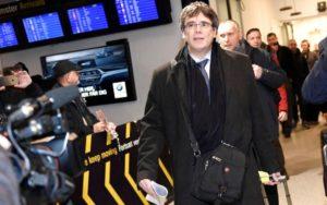 Copenhague (Danemark), lundi. L'ancien président catalan destitué arrive à l'aéroport de Kastrup-Copenhague. Reuters