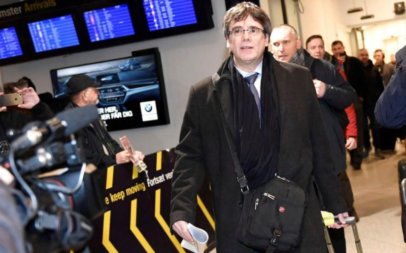 Copenhague (Danemark), lundi. L'ancien président catalan destitué arrive à l'aéroport de Kastrup-Copenhague. Reuters