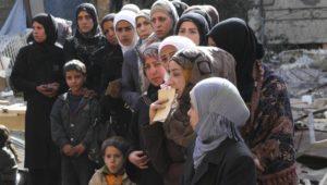Dans le camp de Yarmouk, les réfugiés attendent la distribution de vivres de l'UNRWA, le 10 mars 2015 3500 enfants vivent dans le camp REUTERS Taghrid Mohammed UNRWA Handout via Reuters