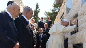 Le président israélien, Shimon Peres, et son premier ministre, Benjamin Netanyahu, accompagnent le pape François au monument commémorant les victimes d'actes terroristes sur le mont Herzl. Photo GI-GPO