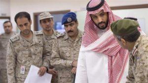 Le prince héritier saoudien Mohammed ben Salmane rend visite aux commandants saoudiens participant à la guerre contre le Yémen. ©AFP