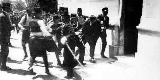 L'arrestation de Gavrilio Princip, l'homme qui tua l'Archiduc François Ferdinand d'Autriche-Hongrie à Sarajevo, le 28 juin 1914
