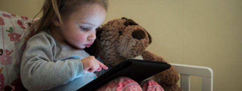 En Angleterre, les enfants ont de plus en plus de mal à tenir un crayon, s'alarment des professionels de santé. (MIKE TITTEL - CULTURA CREATIVE - AFP)