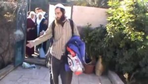 De retour dans sa maison, une palestinienne âgée découvre qu'est elle occupée par des colons israéliens
