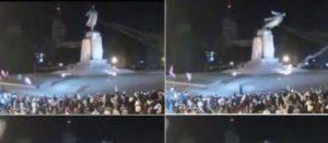 Ukraine : La statue de Lénine déboulonnée par la foule à Kharkiv
