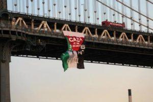 Un drapeau palestinien géant à New-York sur le pont de Manhattan